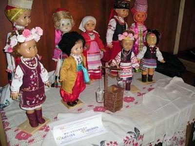 Народні українські костюми на ляльках